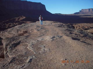 91 83q. Monument Valley tour - tourist at John Ford point