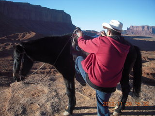 99 83q. Monument Valley tour - horseman mounting at John Ford point